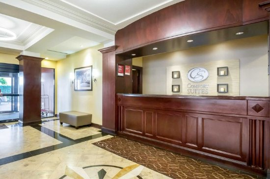 Comfort Suites at Woodbridge: Front desk with friendly staff