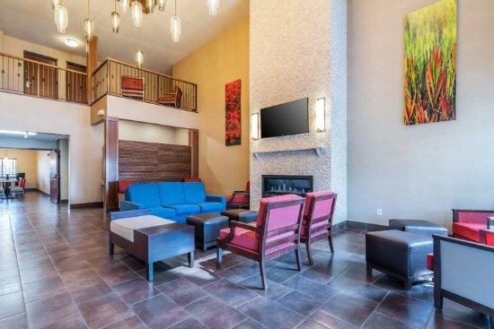 Yakima, WA: Lobby with sitting area