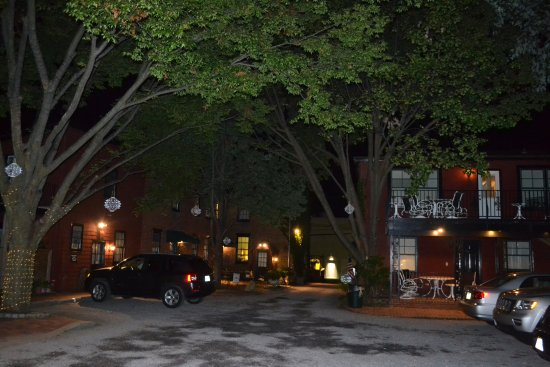 Gibson's Lodgings of Annapolis: Parking area at Gibsons