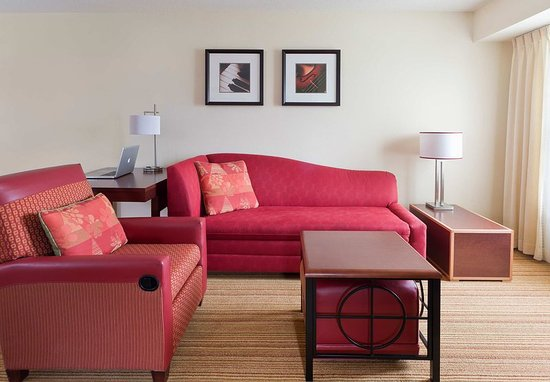 Peoria, IL: Suite – Living Room