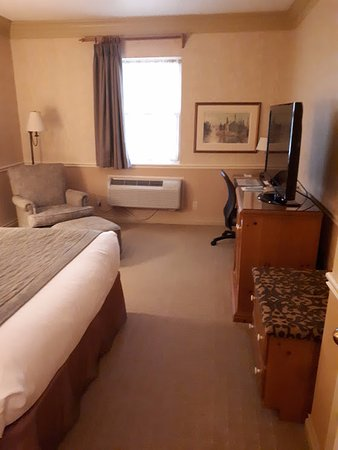 Cornwall, Canadá: Small, quaint room with queen bed