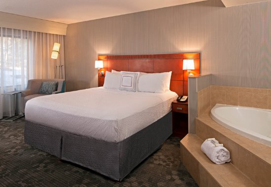 Farmington, CT: King Guest Room with Whirlpool