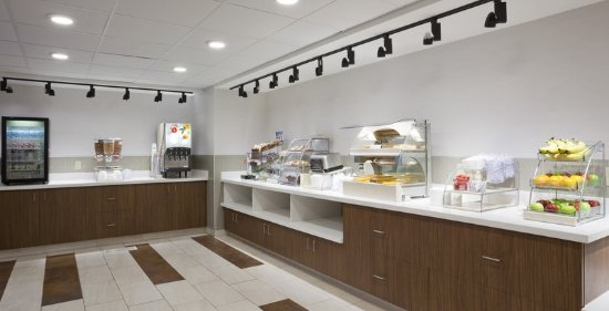 Golden Valley, MN: Free breakfast of eggs, fruit & more at this Minneapolis Hotel