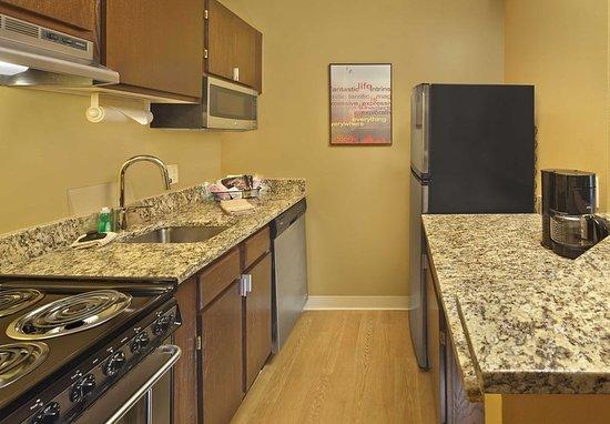 Tewksbury, MA: Queen Studio Suite - Kitchen