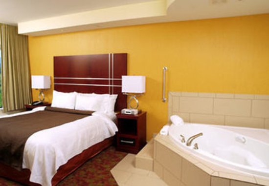 SpringHill Suites by Marriott Pigeon Forge: Whirlpool King Suite