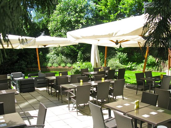 Cointrin, Schweiz: Terrace of Café Jardin in a green and shady area