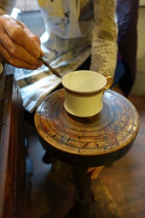 Longton, UK: Carol showing me the fine art of gilding the rim of a tea cup by hand.