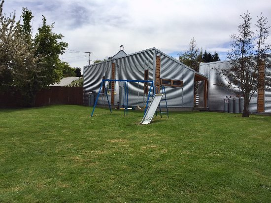 Naseby, New Zealand: Kids facilities and green areas.