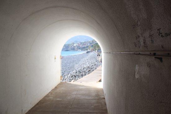 Pestana Gardens Ocean Aparthotel : выход к отелю из тоннеля