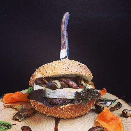 Santpoort-Noord, Nederland: Hertenburger met brie & rode ui compote😋