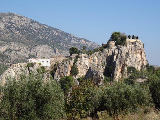 Guadalest, Spanien: De natuurlijke vesting van het dorp is hier duidelijk te zien. De gebouwen gaan op in de rotsen.