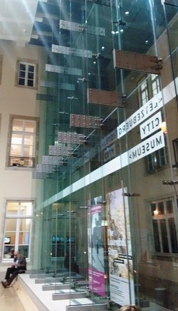 Musée d'Histoire de la Ville : старинное здание в центре города прекрасно отреставрировано и расширено современными конструкция