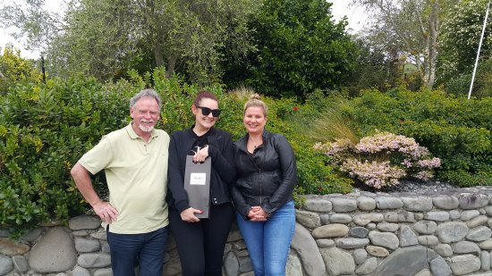 Martinborough, Nouvelle-Zélande : Michelle and Sarah with tour host Roger