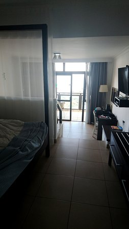 Family Life Orquidea: Le lit et la salle de bains en haut, 3 marches à descendre, le salon et le balcon sur la mer