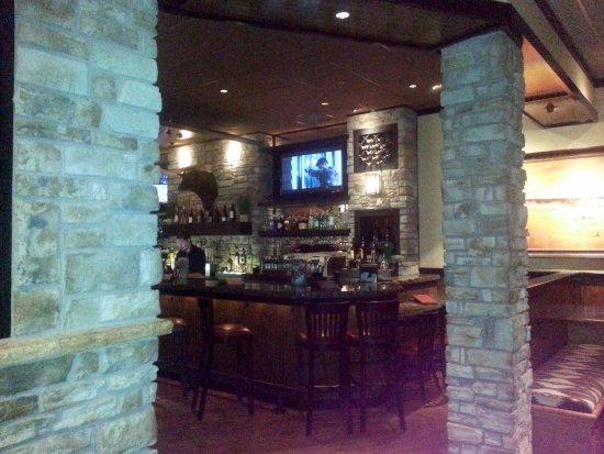 สโกกี, อิลลินอยส์: bar area at Longhorn Steakhouse