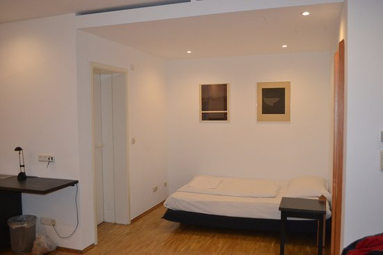 Breuer's Ruedesheimer Schloss: Third bed in alcove, room 31 in bell tower.