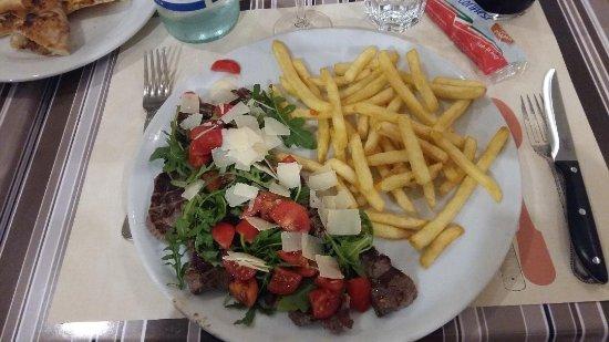 Montecastelli Pisano, Ιταλία: Tagliat de boeuf trop cuite, avec frites
