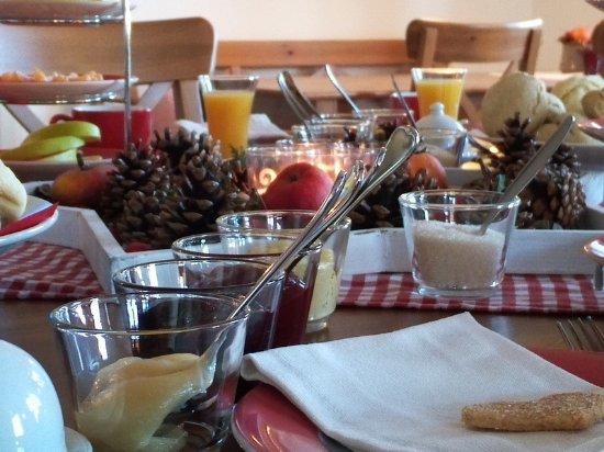 Gelting, เยอรมนี: Frühstück bei Janbecks FAIRhaus- regional, handgemacht, anders. Gerne auch vegan.