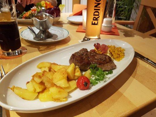 Korschenbroich, Alemania: Aus unserer Steakkarte - Deutsches Kalbs-Entrecôte mit Bratkartoffeln und Zuckermais