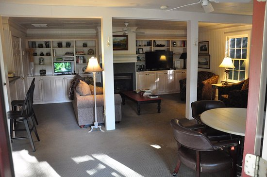 Clarkesville, GA: TV Lounge with complimentary coffee and biscuits