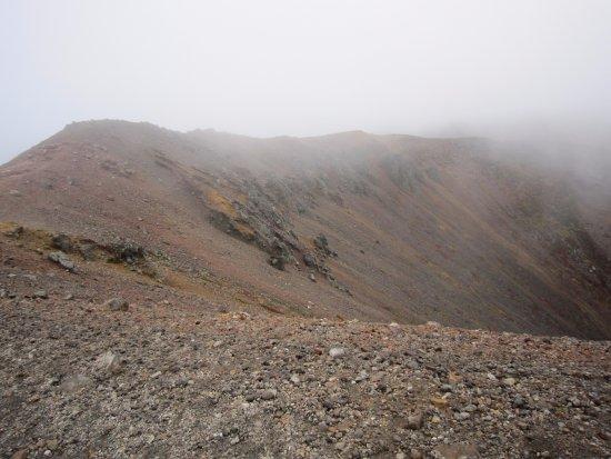 Azuma Kofuji: 下ってきた西の縁を振り返る。高山帯、例えば御岳の頂上付近のような景観である。