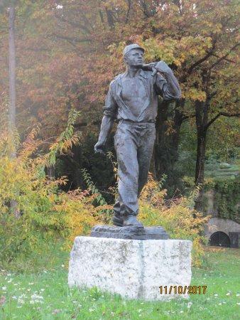 Tivoli Park: statue in park