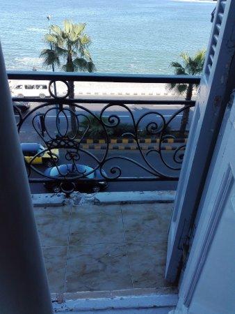 Paradise Inn Windsor Palace Hotel: البلكونة الضيقة (غرفة 204) لا تصلح للوقوف أو وضع مقعد
