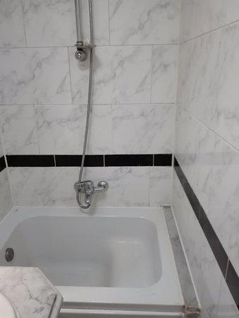 Paradise Inn Windsor Palace Hotel: شيء يُفترض أنه حوض استحمام ولكنه لا يصلح سوى لوقوف إنسان رفيع