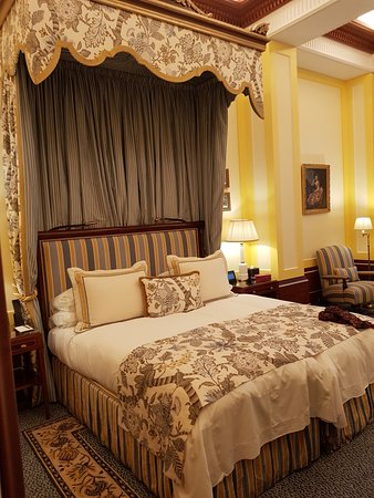 The Lanesborough: Extremely comfortable split matress twin bed with cannopy.