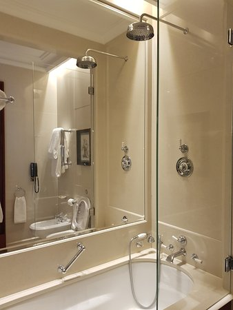The Lanesborough: Delightful shower, very easy to use.