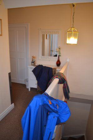 Ferndene Guest House: Hallway and dresser