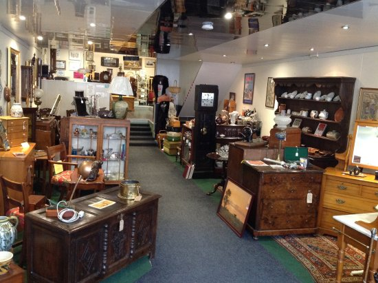 Old Coach House Antiques Centre: The main entrance walkway