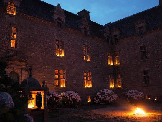 Chateau de Kergroadez: Visite aux chandelles
