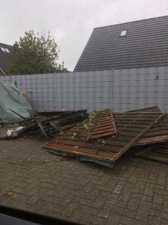 Nordhorn, Deutschland: Piles of things outside closed restaurant.
