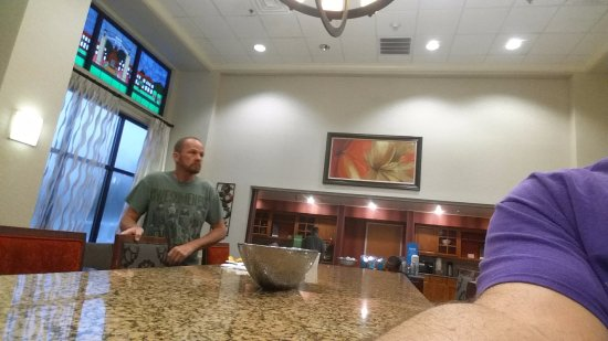 Hampton Inn Suites Valdosta Conference Center: Many seating options at the breakfast buffet