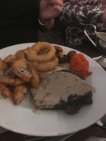 Yarm, UK: Just perfect steak peppercorn sauce great chunky chips