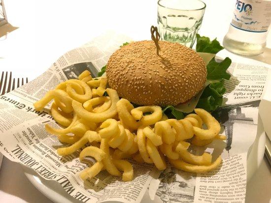 Montemezzi Restaurant: Hamburger di fassona e patatine twist😋