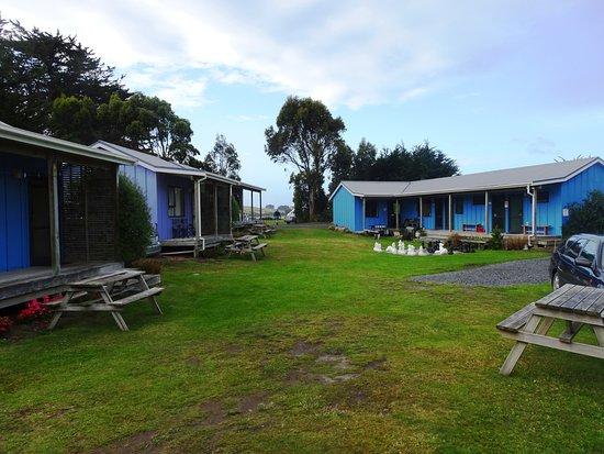 Surat Bay, New Zealand: Rechts der Amenity Block mit WC, Küche und Gemeinschaftsraum