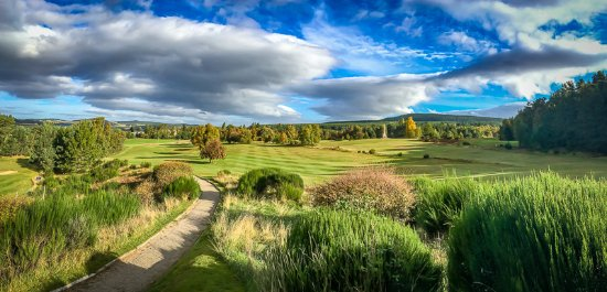 Nethy Bridge, UK: Superb views and note the distinctive War Memorial on the 8th hole!