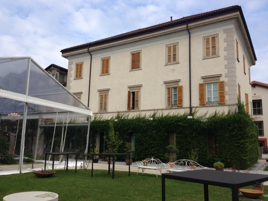 Art Hotel Varese: Exterior view showing marquee.