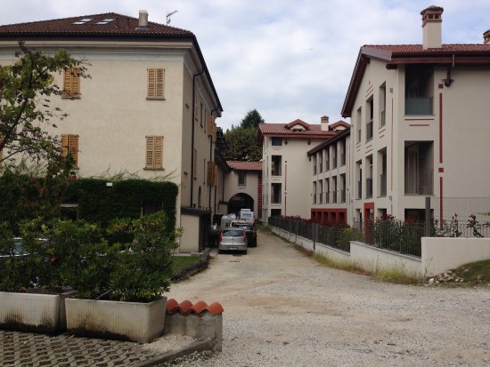 Art Hotel Varese: Rear of main building from car park.