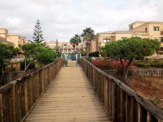 Barcelo Punta Umbria Mar: caminito que conduce desde el hotel a la playa