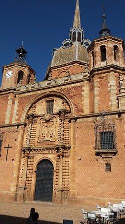 Ubicada junto a la Plaza Mayor y edificada en arenisca roja