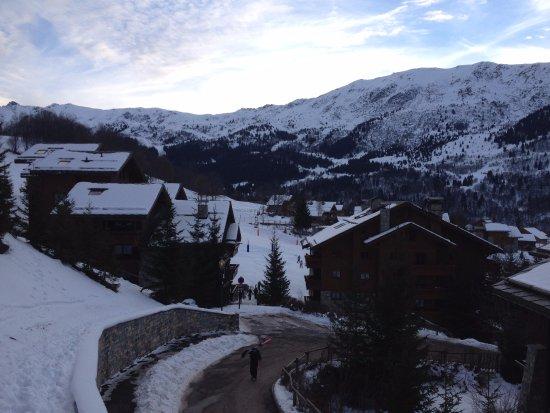 Pierre & Vacances Premium Residences Les Fermes Méribel: Vista esquerda do apartamento, acesso à pista de esqui