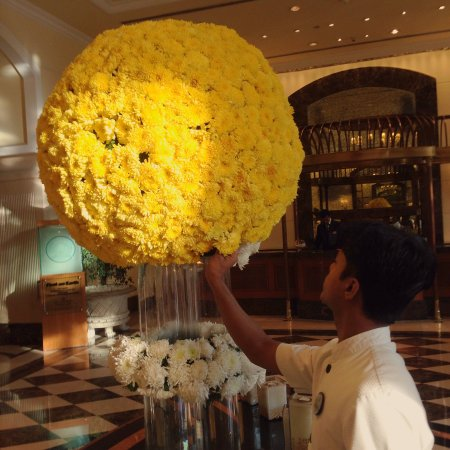 ITC Grand Central: Fresh flowers in the lobby in the morning! Very nice!