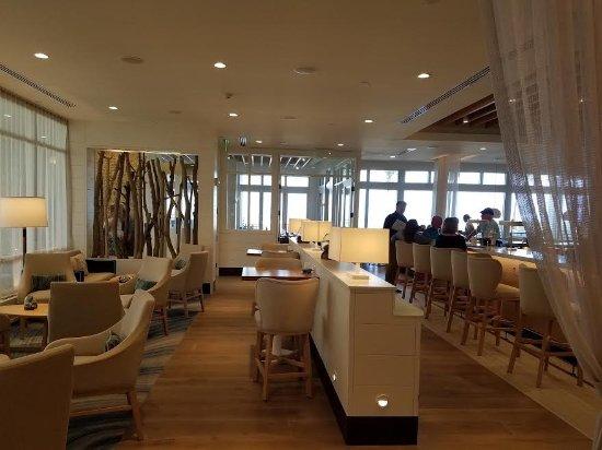 Jensen Beach, Flórida: Bar/dining area with a pool/ocean view