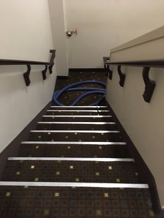 Holiday Inn Suites Kamloops : Carpet cleaning hoses left in stairwell overnight