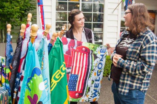 Cascade Locks, Oregón: A great assortment of garden flags for everyone!