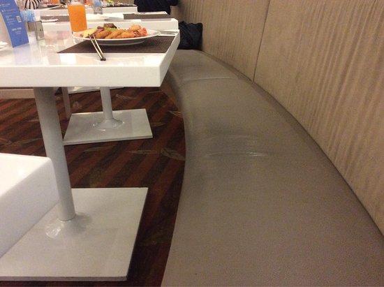 Hotel Novotel Taipei Taoyuan International Airport: 食事は美味しいのですが、座る位置が少し低すぎなので・・・