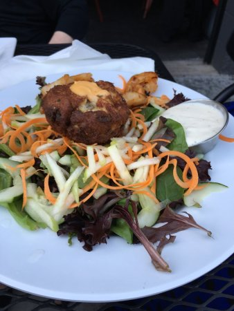 Camp Hill, Pensilvania: My sister's salad with crab cake. The ginger dressing should be sold in bottles.